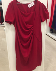 Veinipunane väikese varrukaga midi kleit (plus size)