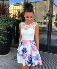 Valge lilleline pits rinnaosaga skater kleit (sinised lilled)