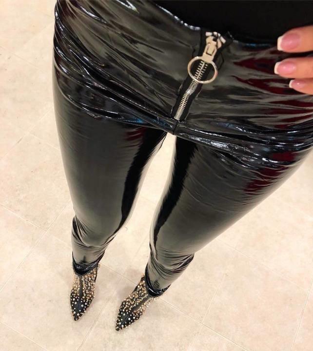 Mustad eest lukuga lateks püksid