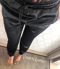 Mustad libedast kangast püksid
