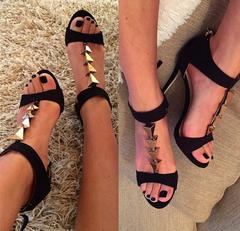 Mustad kuldsete detailidega kingad